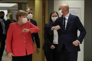 Merkel saludando desde la distancia